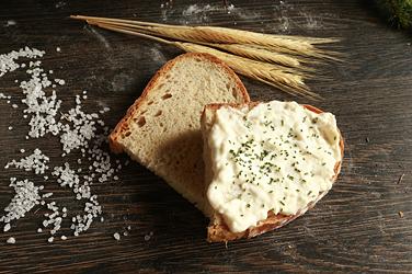 Čerstvý chléb, rohlíky a škvarkové placky